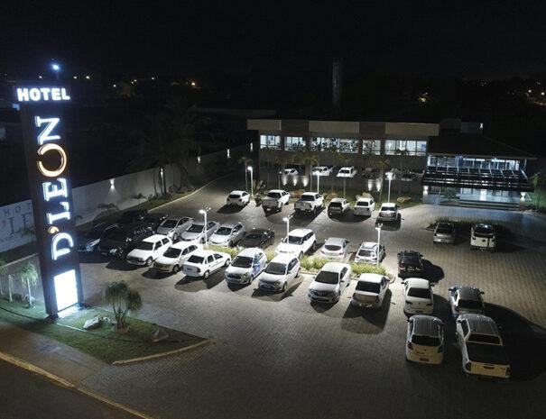 Imagem da entrada do Hotel d'leon. Hotel em gurupi